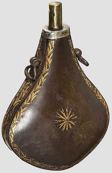 Goldtauschierte Pulverflasche aus Wootzdamast, Indien, 1. Hälfte 19. Jhdt.