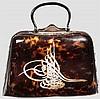 Handtasche aus Schildpatt mit eingelegter Tugra, osmanisch, 2. Viertel 20. Jhdt.