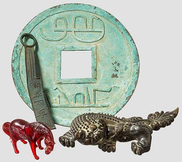 Vier antikisierende chinesische Objekte, Pferd, Wächterlöwe, Münzgeld