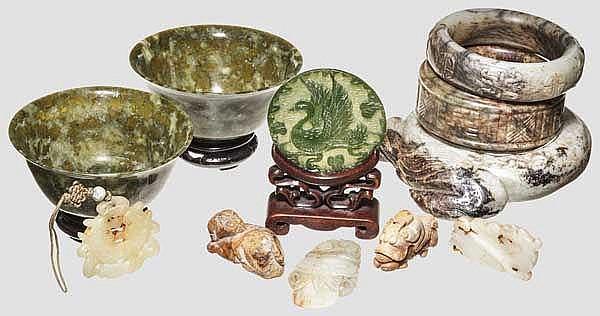 Konvolut von 11 Jadeteilen, China, Qing-Dynastie bzw. 20. Jhdt.