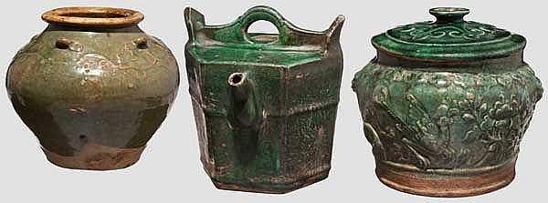 Drei grün glasierte Gefäße, China oder Korea um 1900