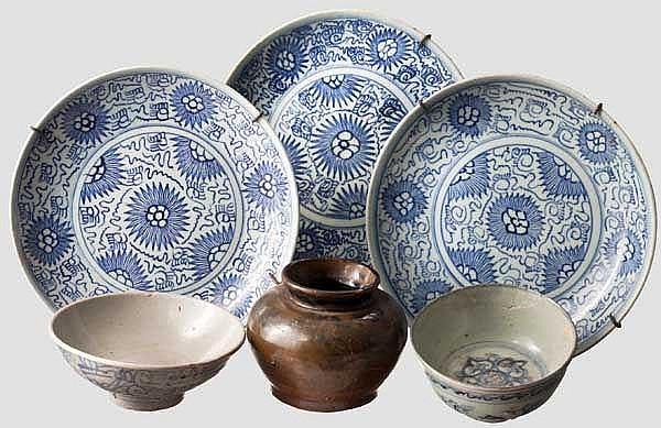 Sechs Teile Porzellan und Keramik, China oder Korea, 18./19. Jhdt.