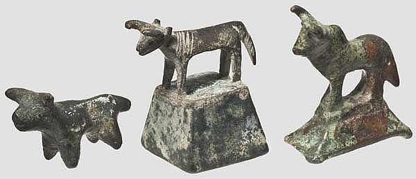 Drei bronzene Kleinplastiken von Stieren, Eisenzeit, römisch, islamisch