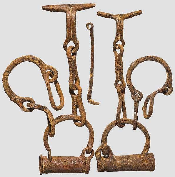 Zwei Fesseln für Sklaven oder Gefangene, dazu ein Schlüssel, römisch, 2. - 3. Jhdt.