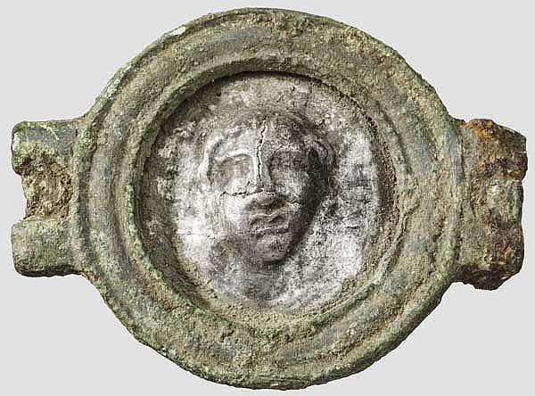 Bronzescheibe von römischem Pferdegeschirr mit figuralem Silberblechmedaillon, 1. Jhdt.