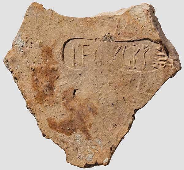 Ziegelfragment mit Fußstempel der Legio X Gemina Pia Fidelis, römisch, 2. - 3. Jhdt.