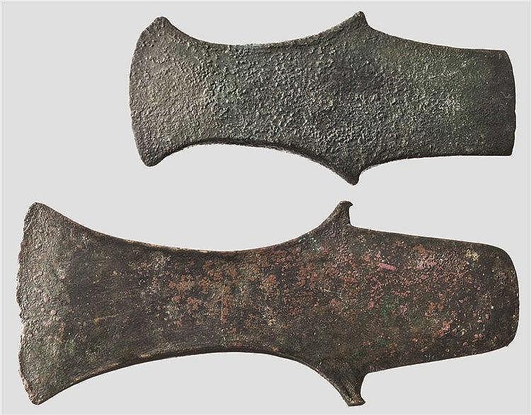 Zwei Ärmchenbeile, vorderasiatisch, 2. Hälfte 2. Jtsd. - frühes 1. Jtsd. v. Chr.