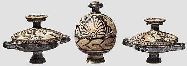 Hochwertige Kopien apulischer Keramik des späten 4. Jhdt. v. Chr., zwei Lekanides, eiförmige Pyxis