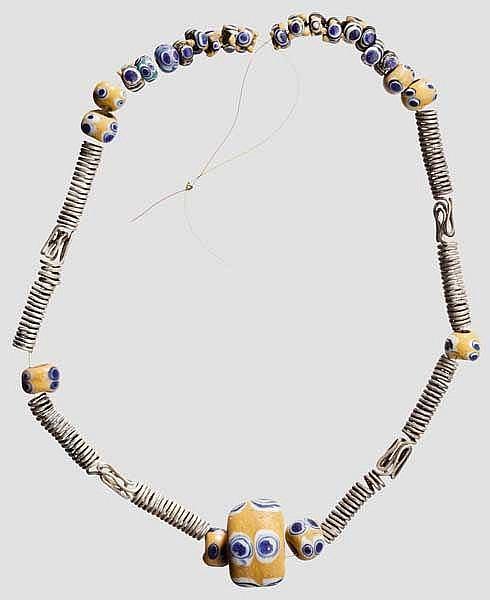 Modern aufgefädelte Kette mit Augenperlen und Silberspiralen, keltisch, 5. - 4. Jhdt. v. Chr.