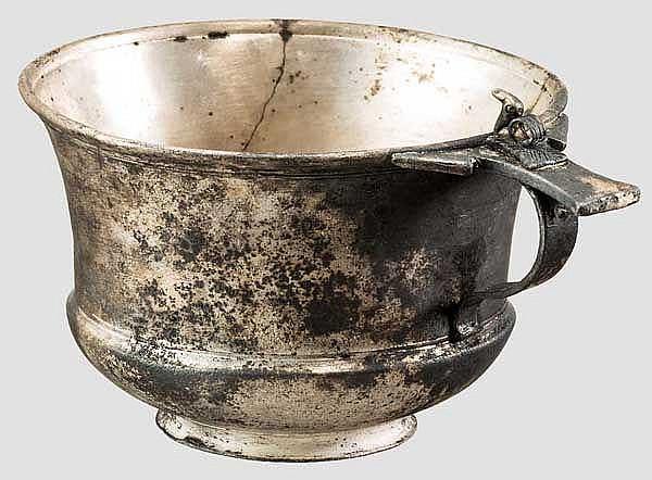 Silberner Skyphos mit Kobra auf Henkel, römisch, 1. Jhdt. n. Chr.