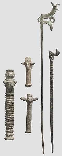Zwei Bronzenadeln und drei Röhrenidole, iranisch, 10. - 7. Jhdt. v. Chr.