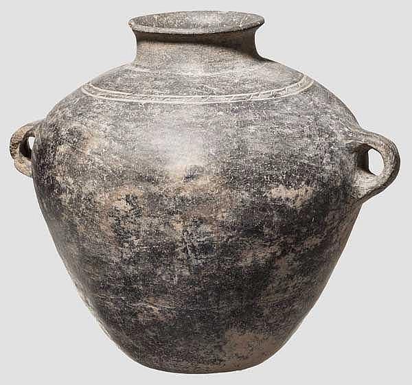 Vorratsgefäß mit Bandhenkeln und verzierter Schulter, anatolische Kupferzeit, 4. Jtsd. v. Chr.