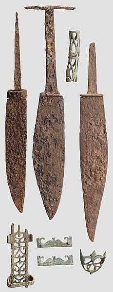 Drei Eisenmesser und fünf bronzene Messerbeschläge, römisch, 2. - 3. Jhdt.