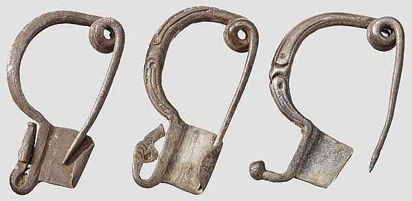 Lot von drei Silberfibeln mit Tierköpfen, großgriechisch, 4. - 3. Jhdt. v. Chr.