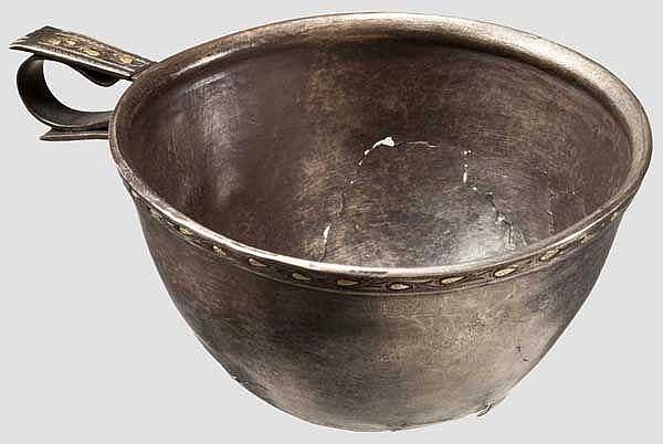 Einhenkliger Silberbecher mit vergoldetem, floralem Dekor, späthellenistisch, 2. - 1. Jhdt. v. Chr.