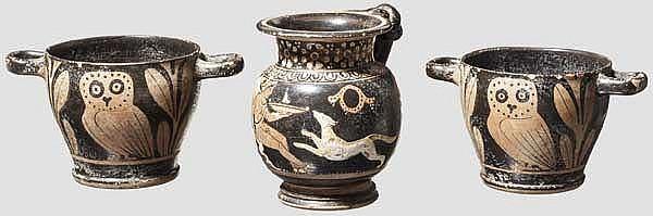 Hochwertige Imitationen apulischer Keramik des späten 4. Jhdts. v. Chr., zwei Skyphoi und Kanne