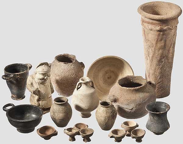 Zehn kleine antike Keramikgefäße, sieben Gefäßminiaturen, eine chinesische Terrakotta