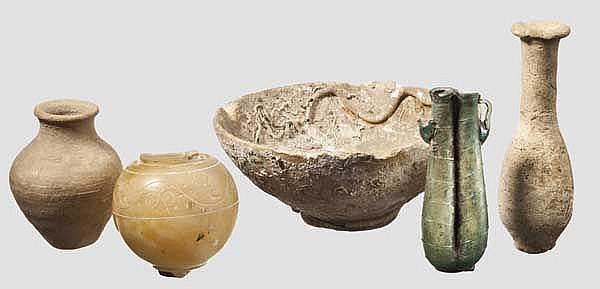 Drei antike Keramiken, spätantikes Glasgefäß und Alabastergefäß, 5. Jhdt. v. - 5. Jhdt. n. Chr.