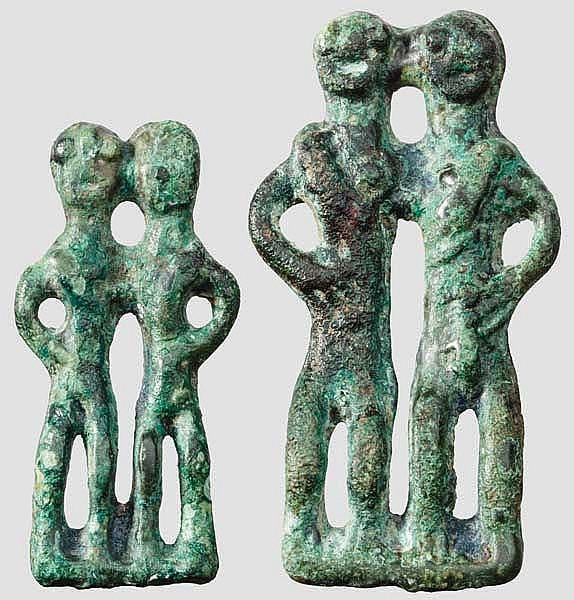 Zwei Bronzevotive mit Figurenpaar, villanovazeitlich, 8. Jhdt. v. Chr.