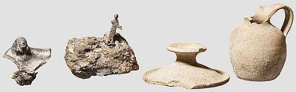 Etruskische Votivfigur aus Bronze, Buccherofragment mit Kopf, zwei Tongefäße