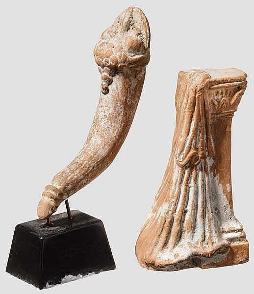 Zwei Votivkeramiken, Füllhorn und Postament mit Draperie, hellenistisch, 3. - 2. Jhdt. v. Chr.