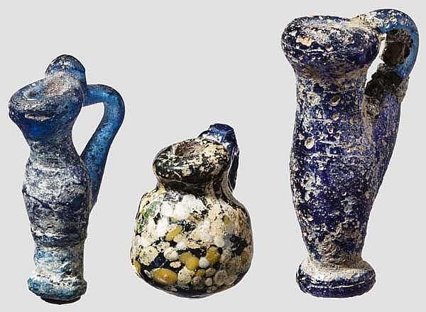 Drei Glasanhänger in Gestalt von Miniaturgefäßen, 4. - 2. Jhdt. v. Chr.