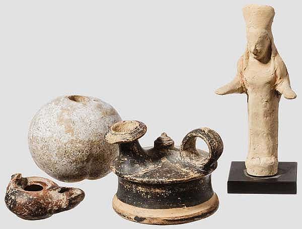 Spätarchaische Votivfigur, griechisch, spätes 6. Jhdt. v. Chr., dazu Pfirsich, Guttus, Lampe