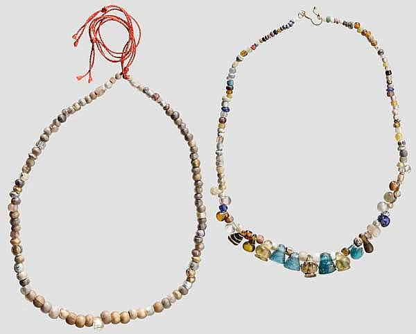 Zwei Ketten aus vor- und frühgeschichtlichen Glasperlen, modern aufgefädelt