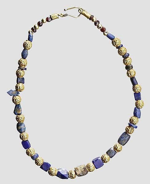 Kette aus modern aufgefädelten Gold- und Lapislazuli-Perlen, meist islamisch, 12. - 17. Jhdt.