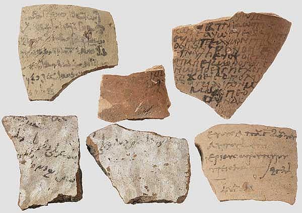 Sechs antike Scherben (Ostraka) mit demotischer, griechischer und arabischer Schrift, ca. 3. Jhdt. v. - 7. Jhdt. n. Chr.