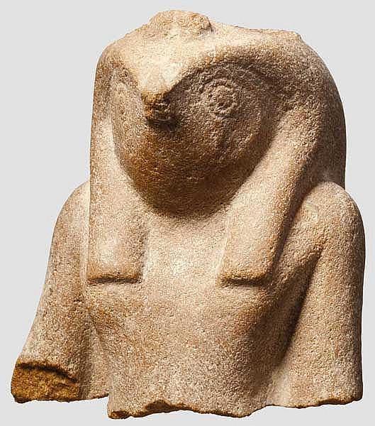 Oberkörper einer Statue des falkenköpfigen Re-Harachte, altägyptisch, 2. Hälfte 2. Jtsd. v. Chr.