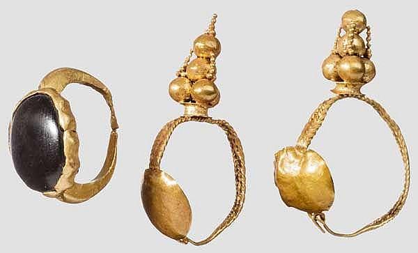 Paar Goldohrringe und Ring mit Cabochon, römisch, 1. - Mitte 3. Jhdt.