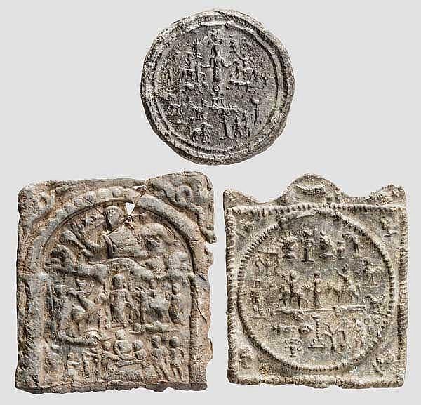 Drei Votivplaketten mit Donaureitern aus Blei, römisch, 3. Jhdt.