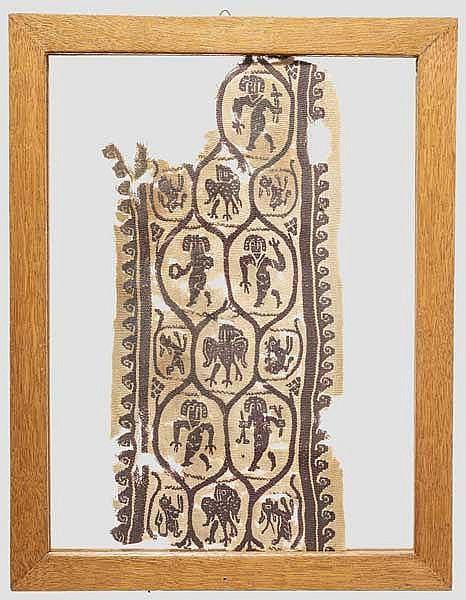 Spätantike Textilapplikation in Bandform mit figürlichem Dekor, 5. - 7. Jhdt. n. Chr.