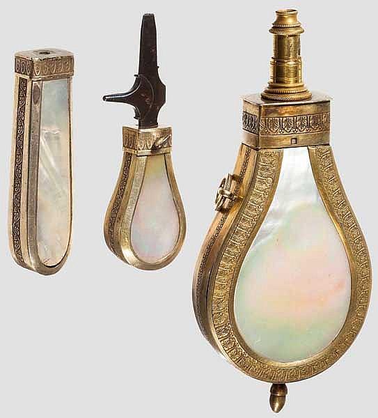 Silbermontiertes Set aus Pulverflasche und Werkzeug, Niederlande um 1840