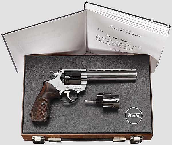 Revolver Korth, Serie 33, Combat, mit Wechseltrommel, im Koffer, mit Korth-Buch