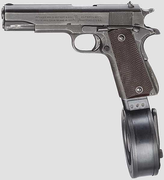 Colt Mod. 1911 A 1, mit Trommelmagazin und Anschlagbrett