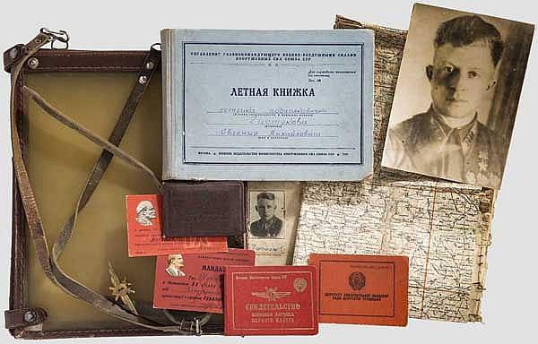 Oberst Evgeny Mikhailovitsch Tschistiakov (1920 - 1960) Verleihungsbuch zum Held der Sowjetunion, Flugbuch, Fliegerausweis, Sowjetunion, datiert ab 1941