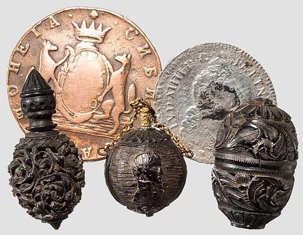 Drei beschnitzte Corozonüsse und zwei Münzen