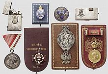 Graviertes Etui und Feuerzeug aus Silber - Orden und Kappenabzeichen im Etui