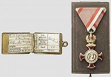 Goldenes Verdienstkreuz mit der Krone am Bande der Tapferkeitsmedaille im Verleihungsetui