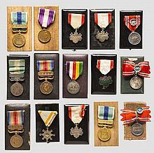 Große Gruppe von Auszeichnungen, jeweils im Etui
