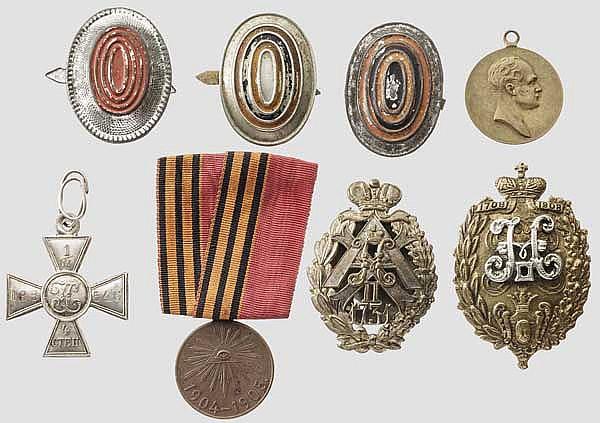 Zwei Abzeichen des 16. Ladoschsky bzw. des 31. Alexopolsky Infanterieregiments, St. Georgs-Soldatenkreuz, zwei Medaillen, Russland um 1900-15