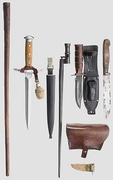 Schweizer Dolch, zwei Messer, russisches Bajonett, Kartuschkasten, Offiziersstöckchen