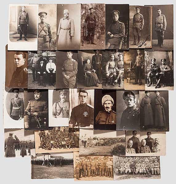 55 Portrait- und Gruppenfotos im Postkartenformat von Angehörigen des Militärs und 37 Fotopostkarten, Russland um 1890 - 1915