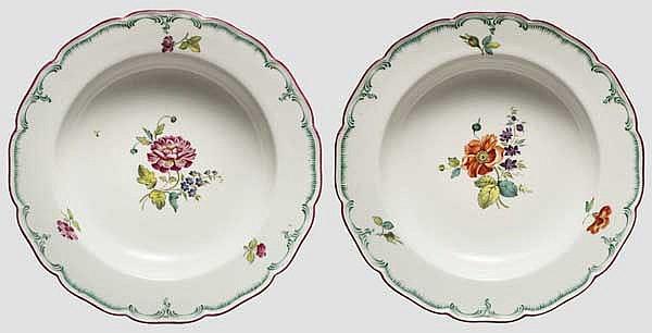 Zwei handbemalte Suppenteller der Porzellanmanufaktur A. Popov, Russland um 1830/40