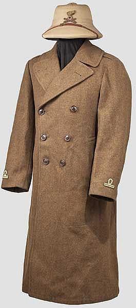 Tropenhelm und Mantel aus dem Zweiten Weltkrieg