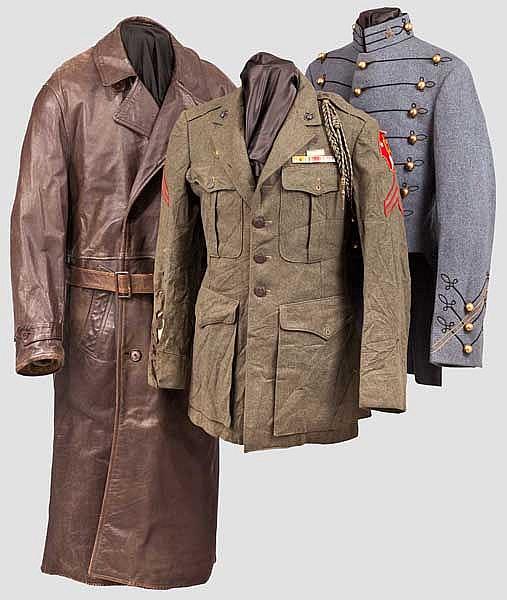 Zwei Uniformjacken und ein Mantel