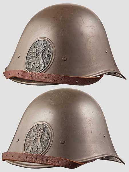 Zwei Stahlhelme aus dem Zweiten Weltkrieg