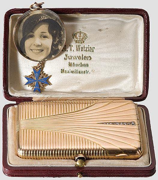 Ernst Udet (1896 - 1941) - goldenes Geschenk-Zigarettenetui und Fotoanhänger mit Pour le mérite-Miniatur